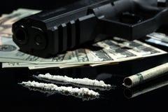 Nielegalni narkotyki, pieniądze i pistolety, obrazy royalty free