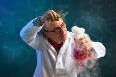 Niemądry chemika ostrożnie wykonujący eksperyment obraz royalty free