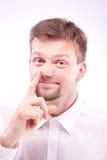 Niemądry mężczyzna podnosi jego nos Zdjęcia Royalty Free
