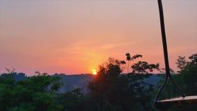 Niemand auf dem Metallschwingen bei Sonnenuntergang stock video footage