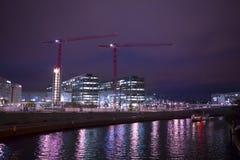 Niemcy Berlin, bomblowanie, nowożytni budynki, nocy miasto, przewiezione rzeki, piękny nocy miasto obrazy royalty free
