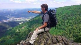 Niemcy czarny lasu region Wycieczkowicz siedzi na górze falezy zdjęcie stock