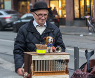 NIEMCY, FRANKFURT: 12 2016 GRUDZIEŃ - Europejscy uliczni muzycy siedzi na zwyczajnych ulicach i bawić się muzykę który Fotografia Royalty Free
