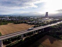 29 07 2017 Niemcy Koblenz Andernach - DPD ciężarówka na autostrada moscie w fron elektrownia jądrowa wewnątrz na słonecznym dniu Zdjęcie Royalty Free