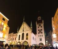 Niemcy, Monachium Grudzień 27, 2017: Widok miasteczko kościół przy Marienplatz przy nocą Monachium i wierza Zdjęcia Royalty Free