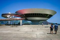 Niemeyers Niteroi zeitgenössisches Art Museum eingelassenes Niteroi, Rio de Janeiro, Brasilien stockbilder