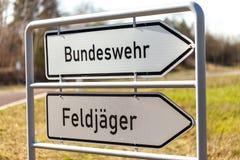 Niemiec Bundeswehr i Feldjaeger podpisuje blisko koszary zdjęcie royalty free