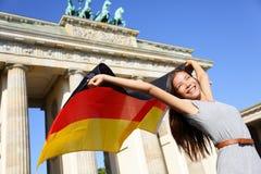 Niemiec chorągwiana kobieta szczęśliwa przy Berlińską Brandenburg bramą Zdjęcia Royalty Free