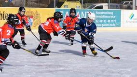 Niemiec dzieciaki bawić się lodowego hokeja Fotografia Stock