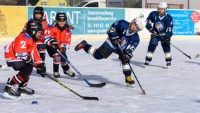 Niemiec dzieciaki bawić się lodowego hokeja zdjęcia stock
