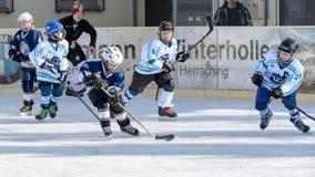 Niemiec dzieciaki bawić się lodowego hokeja Obrazy Stock