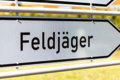 Niemiec Feldjaeger znak blisko koszary obrazy stock