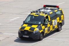 Niemiec podąża ja samochodowe przejażdżki na lotnisku Zdjęcie Royalty Free