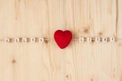 Niemiec słowa dla wszystko kochają i serce na cordThe niemiec słowach dla wszystko i serce na sznurze na drewnie miłość Zdjęcie Stock