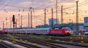 Niemiec trenuje w Frankfurt staci Hauptbahnhof (magistrala) obrazy stock