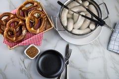 Niemiec Weißwurst kiełbasa w garnku, Bawarskiej słodkiej musztardzie i preclu, obraz stock