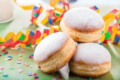 Niemieccy donuts wypełniający z dżemem dla karnawału - krapfen lub berlińczyk - obraz royalty free