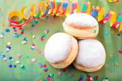 Niemieccy donuts wypełniający z dżemem dla karnawału - krapfen lub berlińczyk - obrazy royalty free