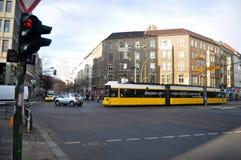 Niemieccy ludzie chodzi przy złączem i prowadnikowy samochód na drodze z tramwajarskimi sieciami zdjęcie royalty free