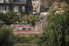 Niemieccy ludzie jedzie Ambulansowego samochód dostawczego na drodze iść szpital a Obrazy Royalty Free
