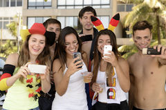 Niemieccy piłek nożnych fan trzyma smartphones Obraz Stock