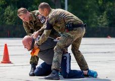 Niemieccy policja wojskowa ochroniarzi pokonują zabójcy Obraz Stock
