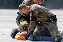 Niemieccy policja wojskowa ochroniarzi pokonują zabójcy Zdjęcie Royalty Free