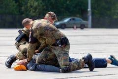 Niemieccy policja wojskowa ochroniarzi pokonują zabójcy Fotografia Royalty Free