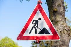 Niemieccy ruchu drogowego znaka, ostrożności roadworks/ Zdjęcie Royalty Free