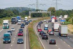 Niemiecka autostrada z samochodami i trucs zbliżamy miasto Eschweiler obrazy stock