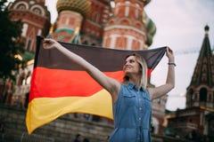 Niemiecka dziewczyna w Rosja Niemiec macha flaga obrazy royalty free