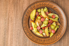 Niemiecka kartoflana sałatka z bekonem i kiełbasami najlepszy widok Przestrzeń Zdjęcia Stock
