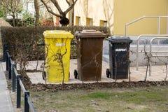 Niemiecki śmieci lub kosz na śmieci przed domowym wejściem obraz royalty free
