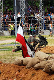 Niemiecki żołnierz stawia Niemiecką flaga na ziemi Fotografia Royalty Free