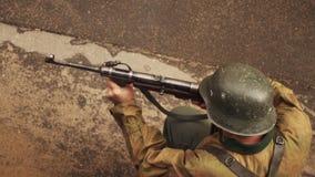 Niemiecki żołnierz wojenni światu dwa krótkopędy od mashinegun w zwolnionym tempie zbiory