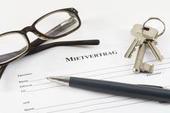 Niemiecki arendowej zgody dokument z domowymi kluczami, szkłami i a, fotografia stock