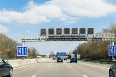Niemiecki Autobahn pov samochodów jeżdżenia postu miejsce przeznaczenia zdjęcia royalty free