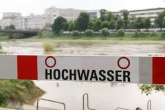 Niemiecki blokada na drodze znak, powódź rzeczny Neckar w Mannheim zdjęcie royalty free