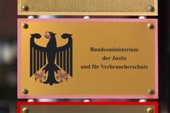 Niemiecki Federacyjny minister sprawiedliwości podpisuje wewnątrz Bonn Germany zdjęcia royalty free