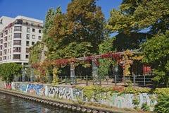 Niemiecki graffity przy bomblowanie rzeką, Berlin, Niemcy Zdjęcia Royalty Free