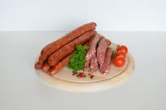 Niemiecki Knackwurst, Surowy Bratwurst, kiełbasy, Knackwurst, jedzenie Zdjęcia Royalty Free