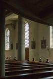 Niemiecki kościół katolicki z religijnymi szczegółami wokoło ołtarza i a obrazy royalty free
