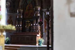 Niemiecki kościół katolicki z religijnymi szczegółami wokoło ołtarza i a obrazy stock