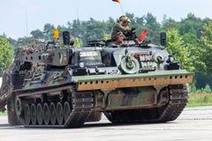 Niemiecki opancerzony wyzdrowienie pojazd, Bergepanzer 2 od Bundeswehr jedzie na dzwi otwarty przy koszary Burg obrazy stock