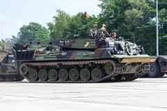 Niemiecki opancerzony wyzdrowienie pojazd, Bergepanzer 2 od Bundeswehr jedzie na dzwi otwarty przy koszary Burg zdjęcia royalty free