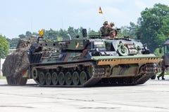 Niemiecki opancerzony wyzdrowienie pojazd, Bergepanzer 2 od Bundeswehr jedzie na dzwi otwarty przy koszary Burg fotografia stock