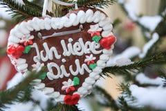 Niemiecki piernikowy serce z słowami kocha ciebie w Angielskim Ich liebe dich tłumaczy w Mnie Zdjęcie Stock