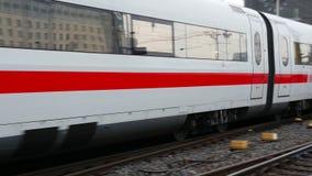 Niemiecki przyśpieszony lodu pociąg przy Frankfurt stacją zbiory