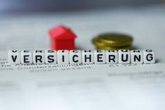Niemiecki słowa ubezpieczenie tworzący abecadło blokami: VERSICHERUNG zdjęcia royalty free
