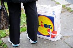 NIEMIECKI sklepu spożywczego LIDL sklep I torba na zakupy Zdjęcia Stock